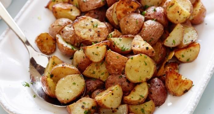 Le patate al forno a legna